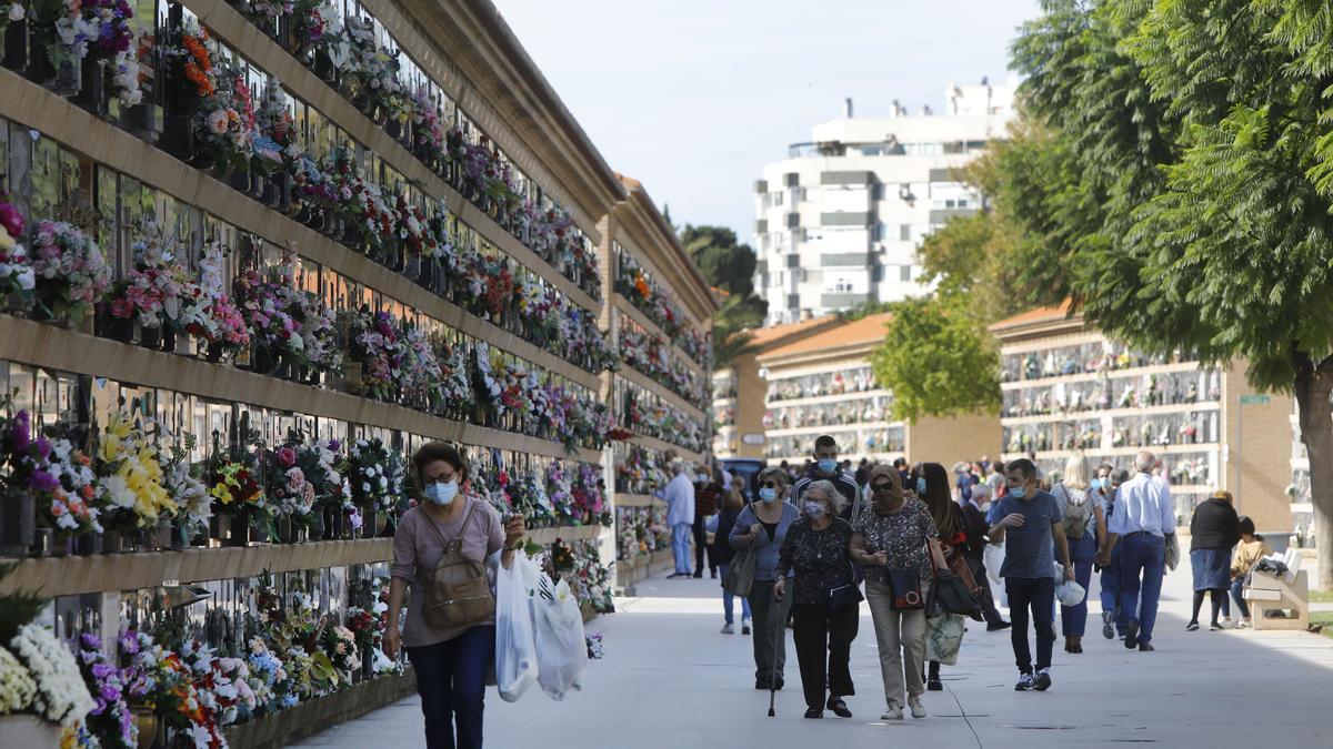 Los cementerios valencianos reciben desde hace días un goteo constante de familiares que buscan evitar aglomeraciones en Todos los Santos.