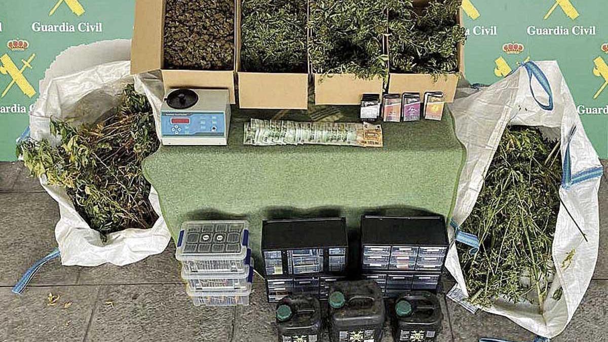 Marihuana y utensilios intervenidos en la operación.