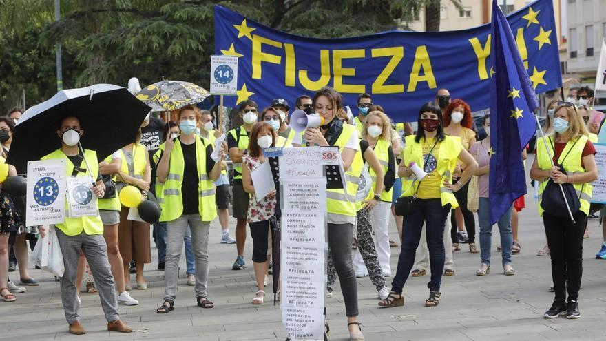 """Un centenar d'interins protesta per l'""""abús de la temporalitat"""" a Sagunt"""