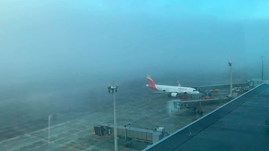 Así se traga la niebla al aeropuerto de Vigo