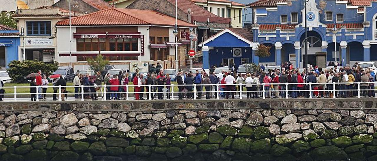 Vecinos de San Esteban y La Arena, en esta última localidad, en una de las manifestaciones convocadas para pedir la pasarela. | Mara Villamuza