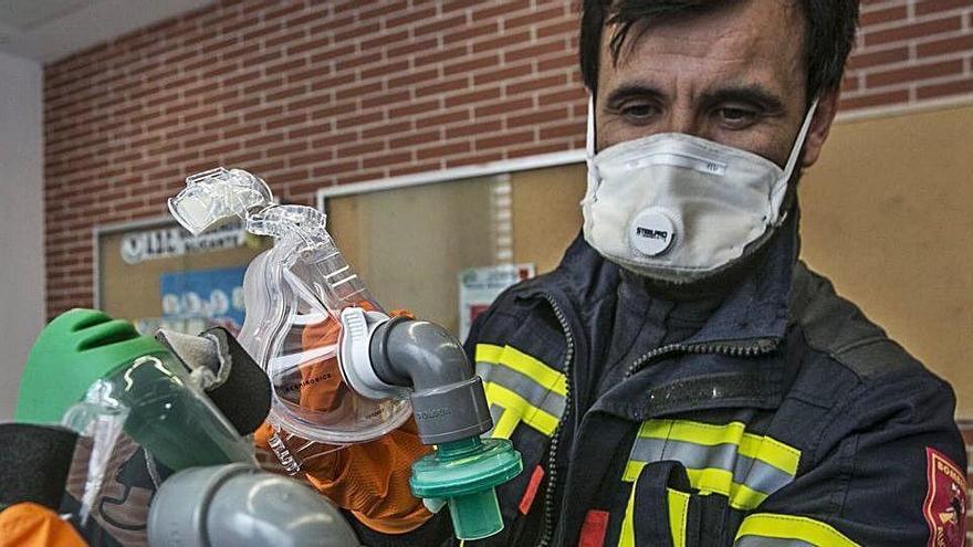 Los bomberos idean una pieza para evitar fugas de las mascarillas de los contagiados