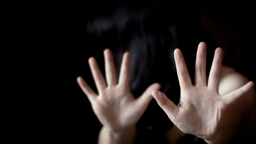 El acusado de agredir y encerrar a su pareja en un piso en Gijón se libra de la cárcel