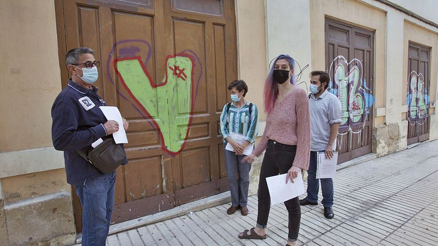 Multados con 260 euros por cabeza por tratar de tapar grafitis en el antiguo cine Ideal de Alicante