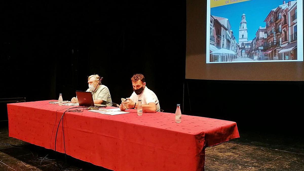 El alcalde, Tomás del Bien (derecha) explica las líneas del Plan Estratégico con Juan Antonio Sánchez.   M. J. C.