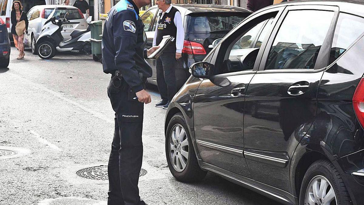 Un agente municipal, durante la campaña contra la doble fila desarrollada a finales de 2019.