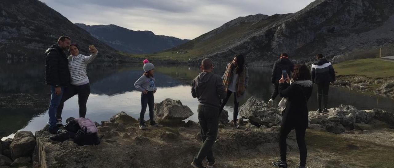 Turistas en Los Lagos de Covadonga.