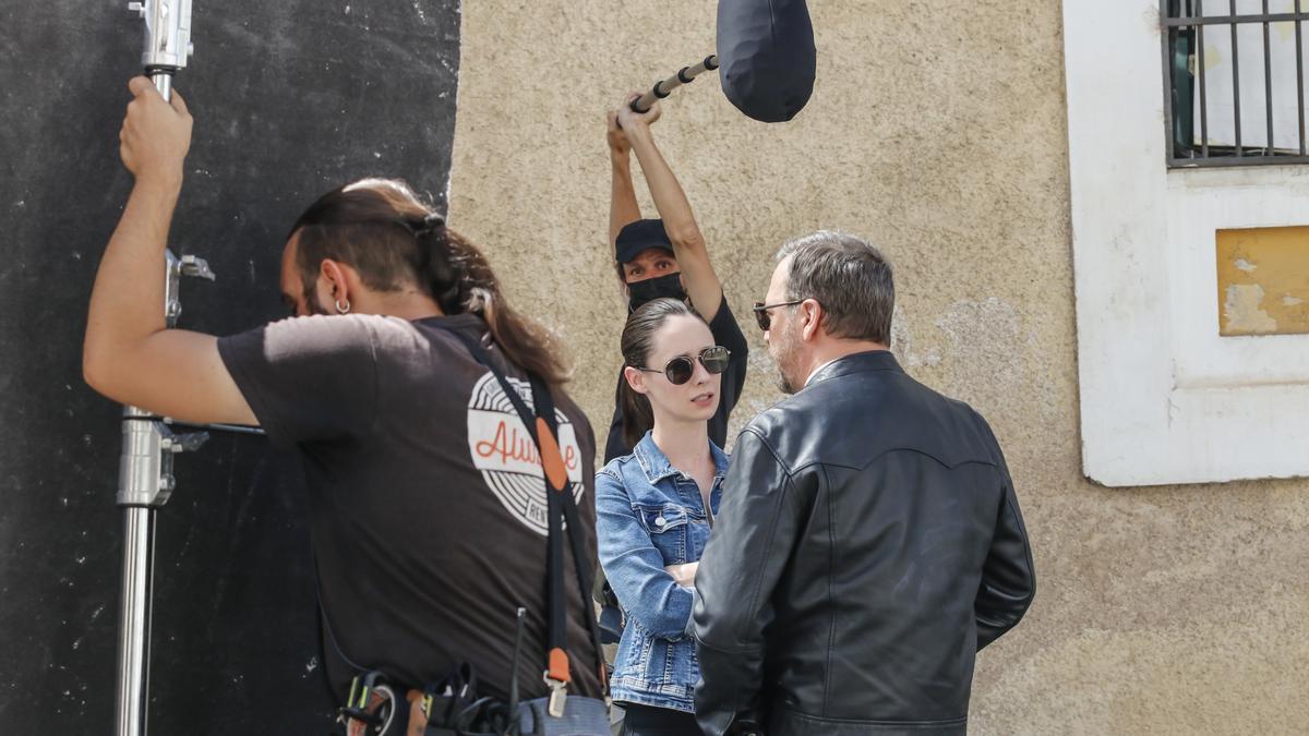 Elena Rivera y Marco D'Almeida charlan antes de grabar.
