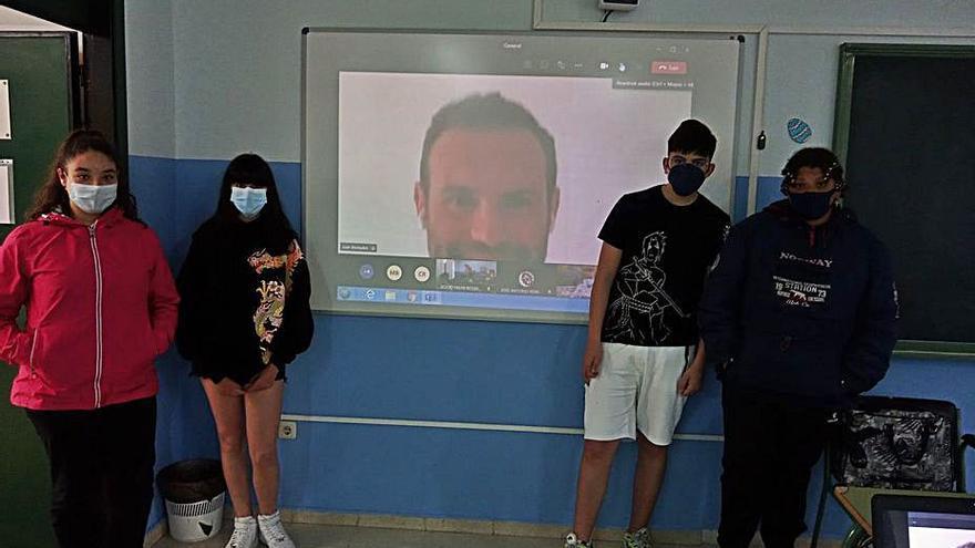 El futbolista Juan Mata anima a los escolares de Vegadeo a formarse y tener curiosidad