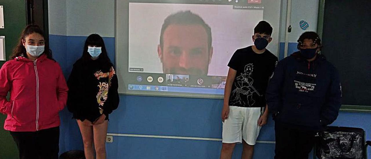 Estudiantes de segundo de ESO, con Juan Mata en la pantalla, durante la  videoconferencia.   Reproducción de D. Á.