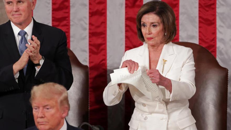 Pelosi rompe el discurso de Trump en el Congreso