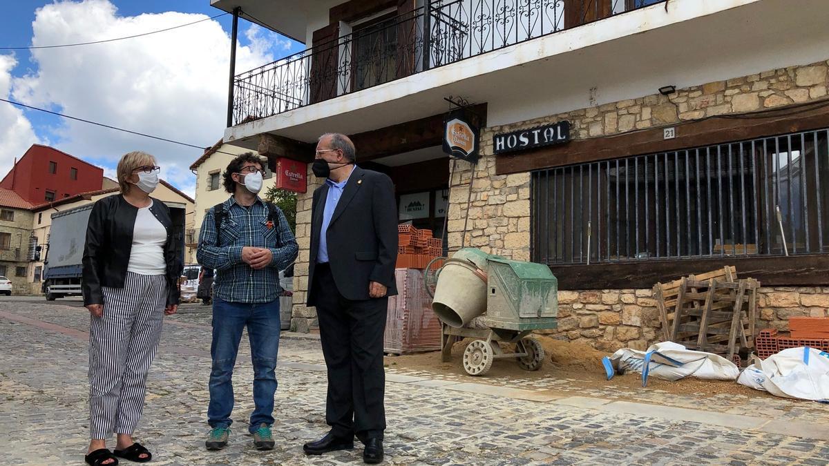El alcalde de Griegos, Salvador Gil, muestra al presidente de la Diputación de Teruel, Manuel Rando, y a la diputada Rosario Pascual las obras del hostal.