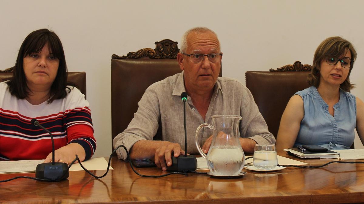 Cristina Morera, el alcalde y la concejala Maria Josep Ripoll, durante un pleno