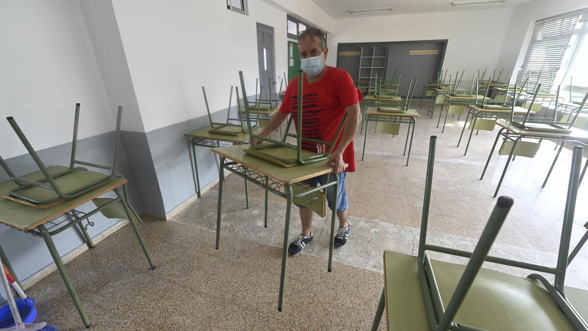 imagen de archivo de los preparativos en un colegio de Almassora cara a este curso que finaliza hoy en la provincia.