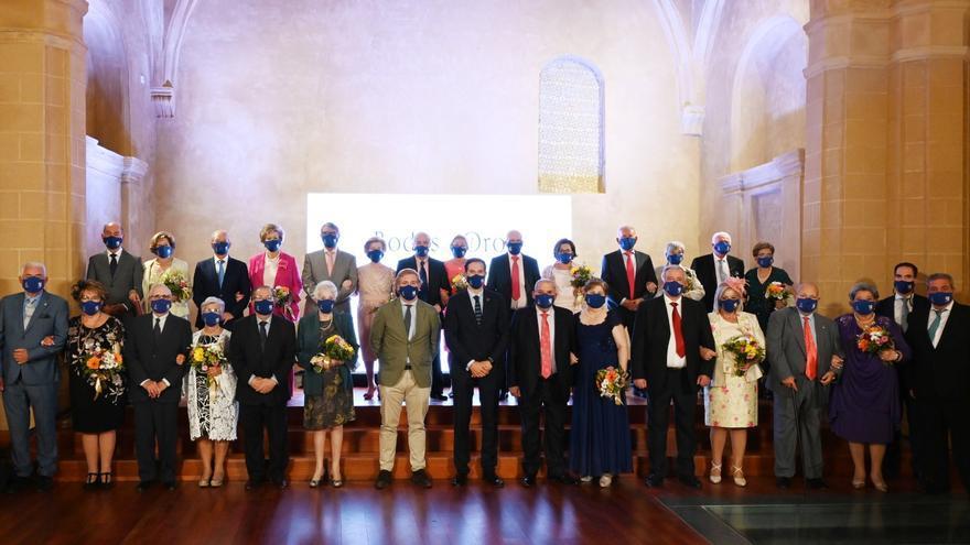 13 matrimonios celebran sus bodas de oro en la iglesia de Santa Catalina