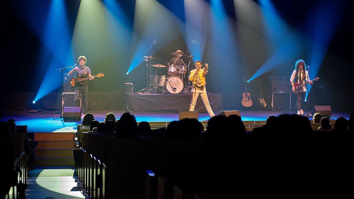 El tributo a la banda Queen, ayer en el teatro Ramos Carrión, con adelanto horario.   Jose Luis Fernández