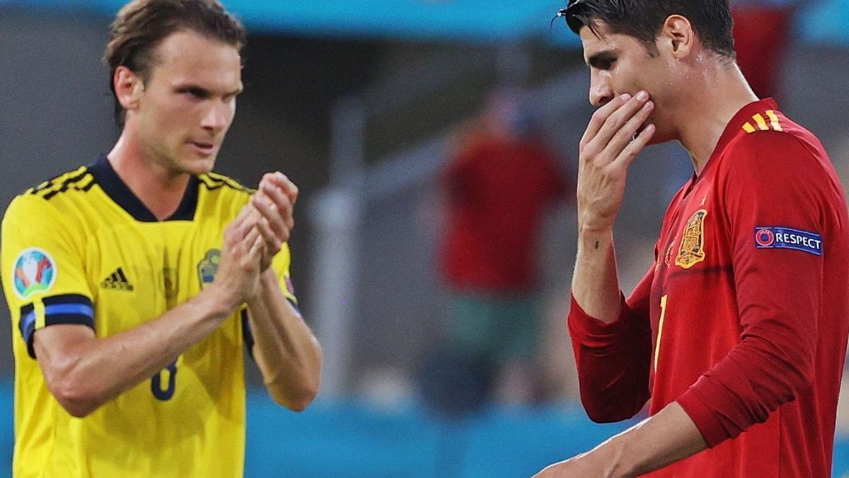 El sueco Albin Ekdal aplaude ante Álvaro Morata, criticado por fallar una ocasión de gol en el estreno de la Eurocopa. // KIKO HUESCA