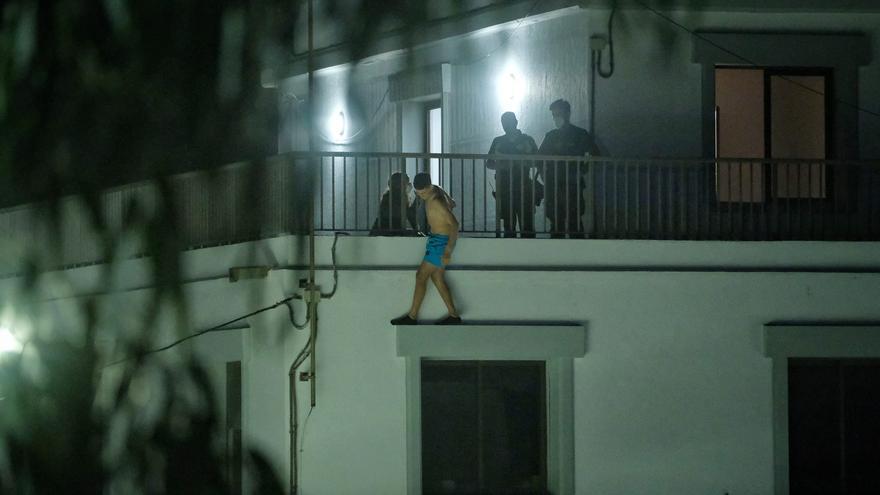 Un migrante desesperado amaga con tirarse desde un balcón en el campamento de Las Raíces