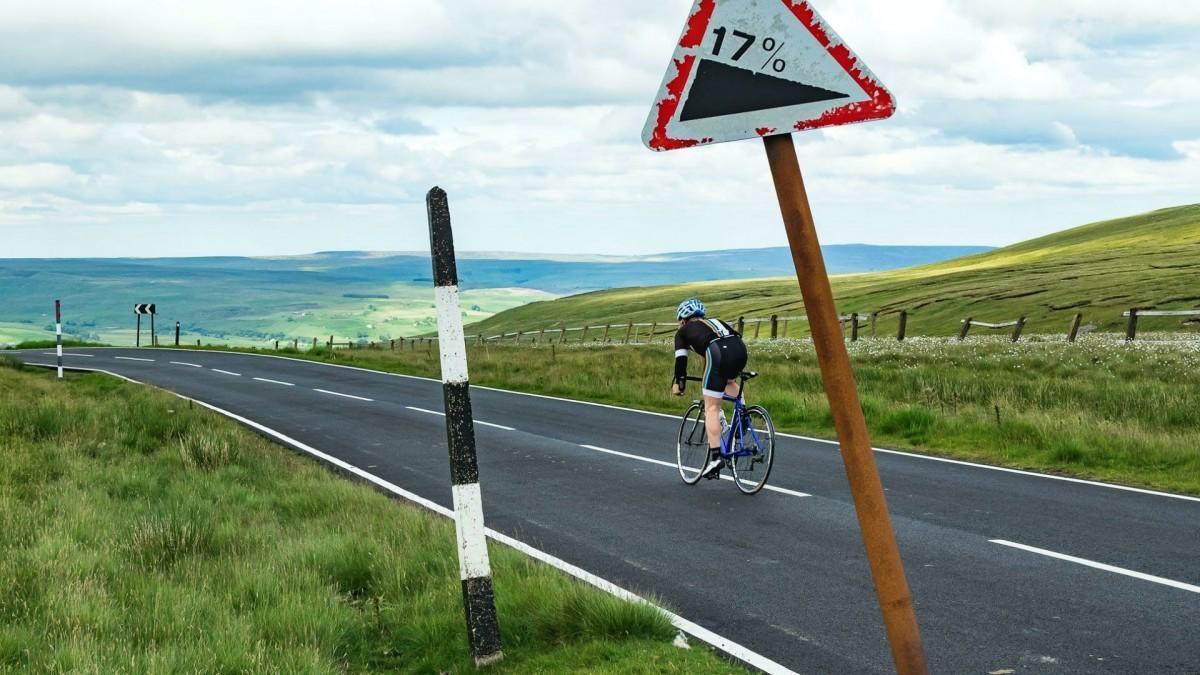 ¿Es legal ir en bici por autovía o autopista?