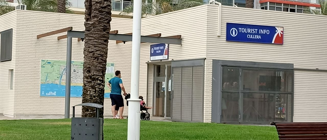 Una familia aguarda para entrar en el Tourist Info.