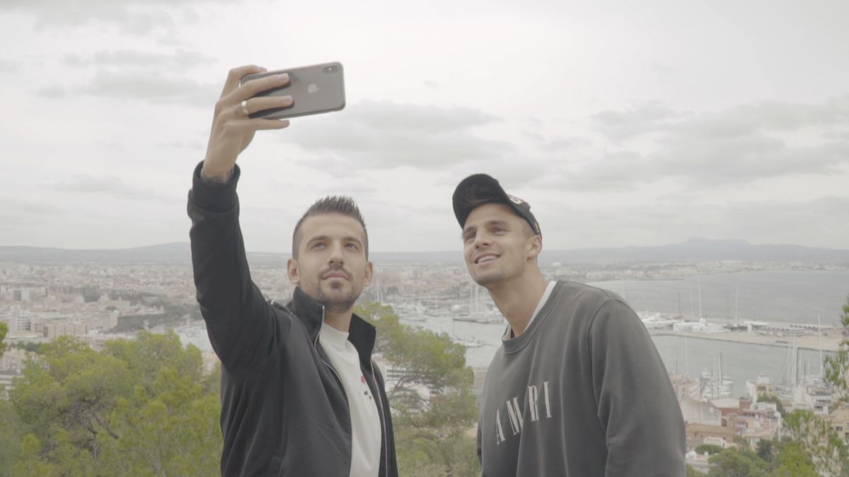 Trajkovski, con el teléfono, y Valjent, se hacen un 'selfie' en Palma.