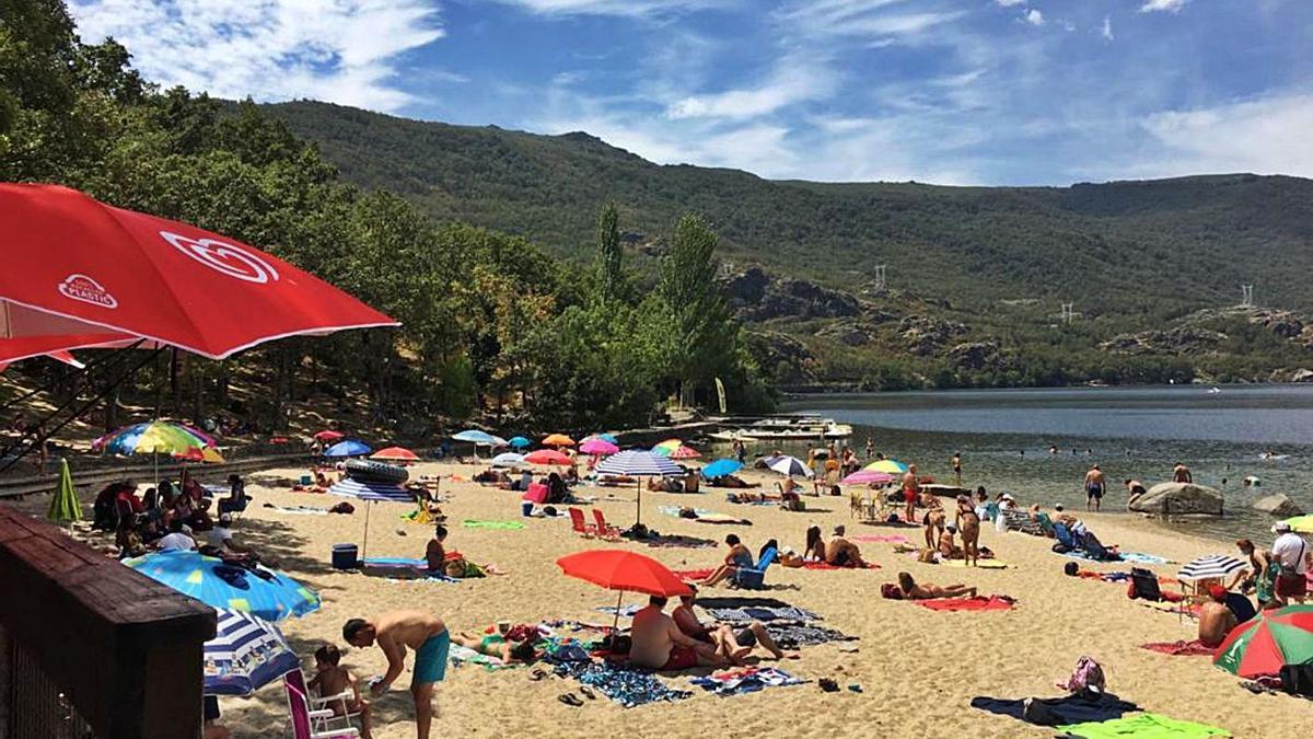 Una imagen de las playas del Lago de Sanabria, en la campaña veraniega anterior.  