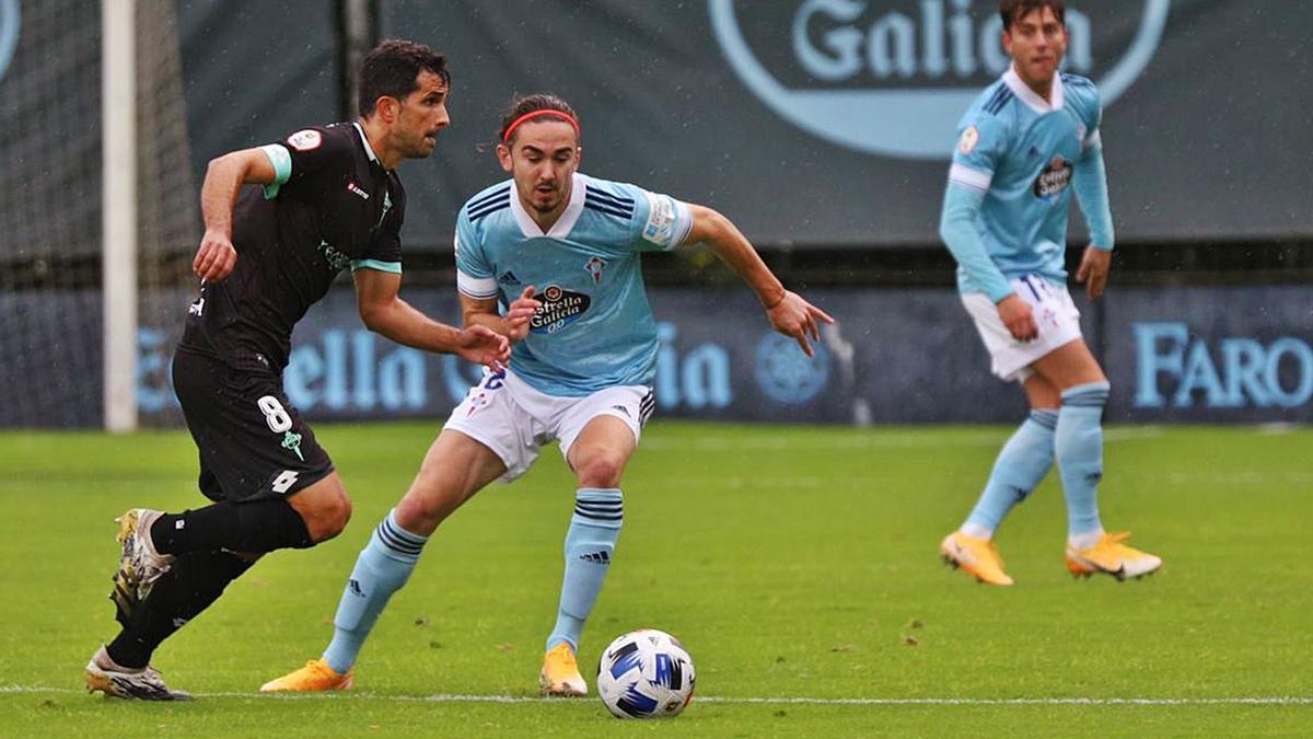 Alex López conduce la pelota presionado por Holsgrove. |  // RCCELTA