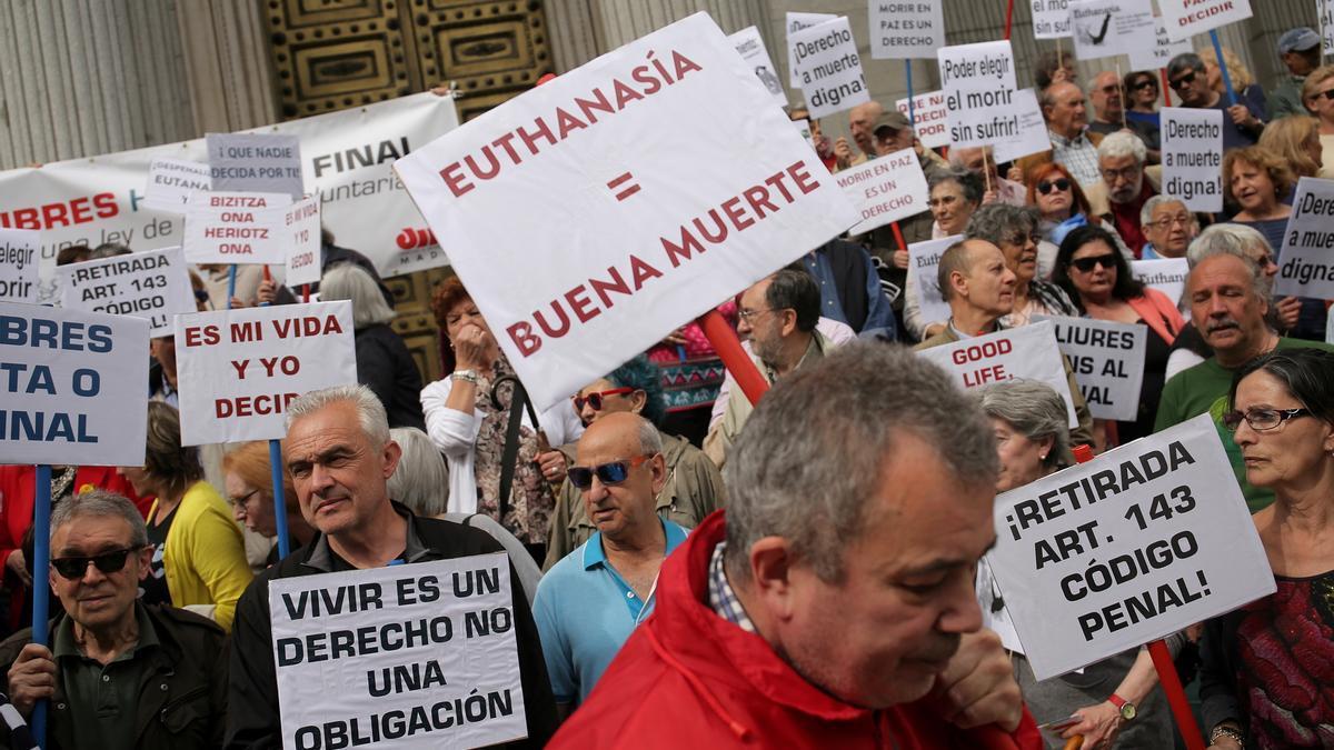 Manifestación a las puertas del Congreso de los Diputados para pedir la legalización de la eutanasia en el año 2018.