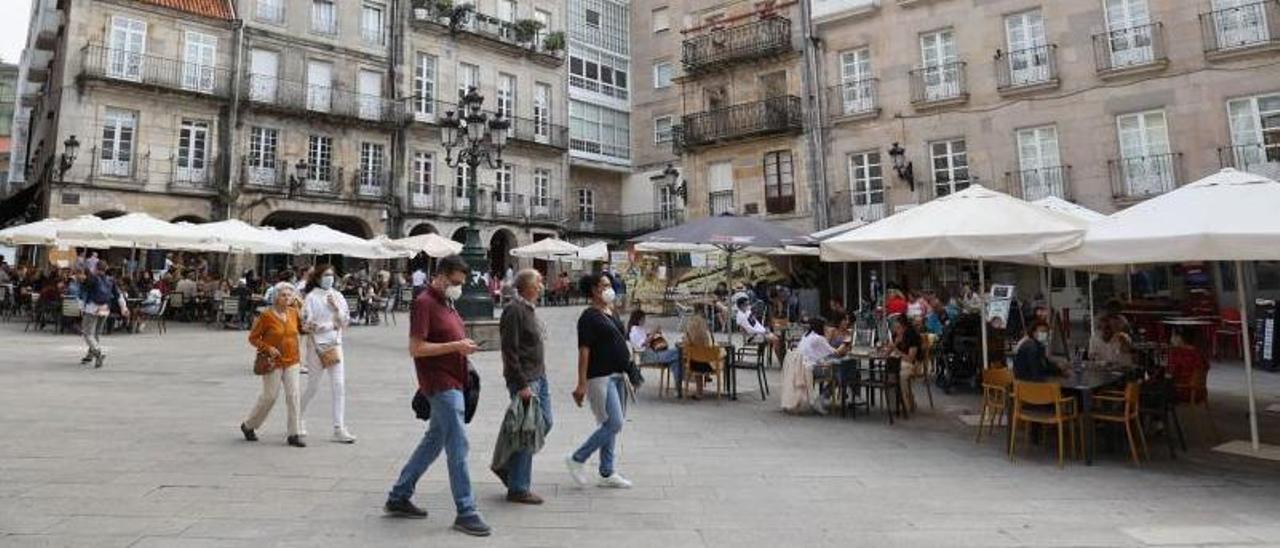 Clientes en las terrazas de la Plaza de la Constitución en Vigo. |   // ALBA VILLAR