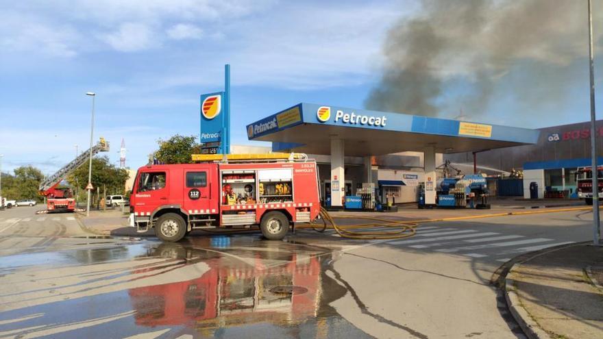 Foc a tocar d'una benzinera a Olot