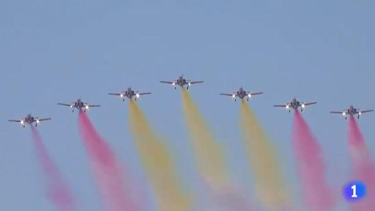 Un fallo en la mezcla de uno de los tanques de uno de los aviones de la Patrulla Águila cambia el color de una de la estelas roja