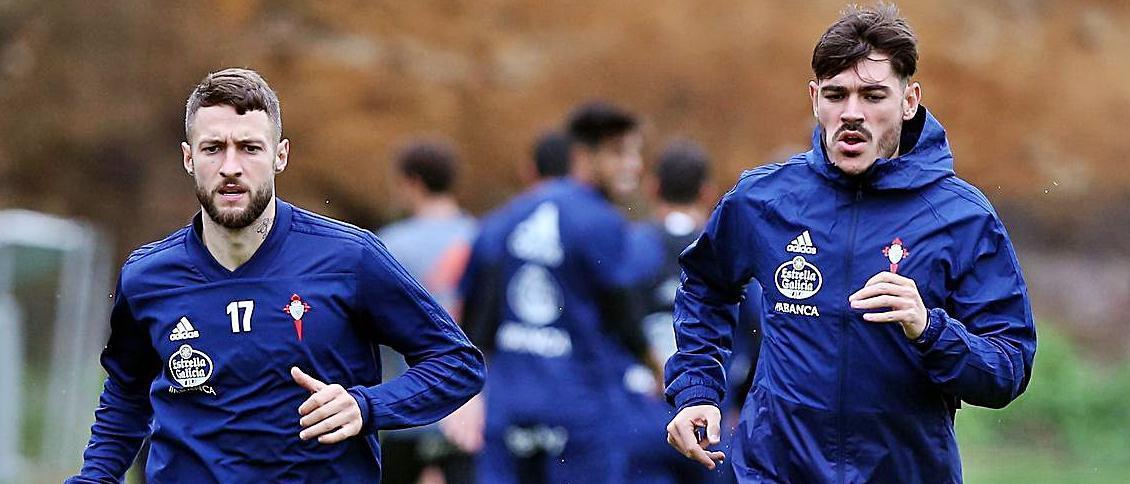 David Juncà (izquierda) y Jozabed Sánchez, durante un entrenamiento del Celta. // MARTA G.BREA