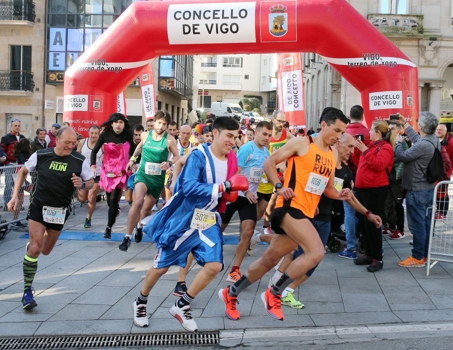 El centro de Vigo fue esta mañana una pista de atletismo improvisada para acoger la sexta edición de la Carreira Popular de Entroido