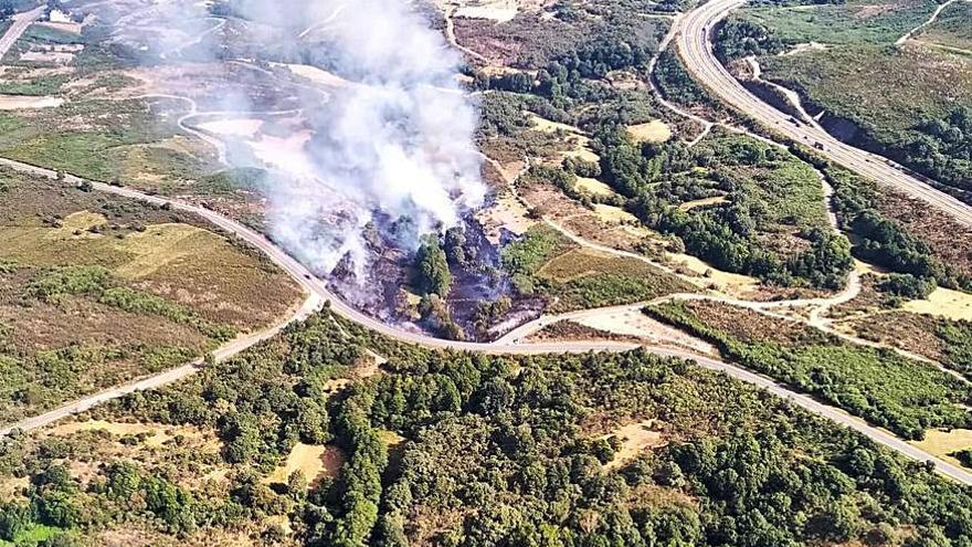 Un incendio cerca de la autovía A-52 calcina 4 hectáreas