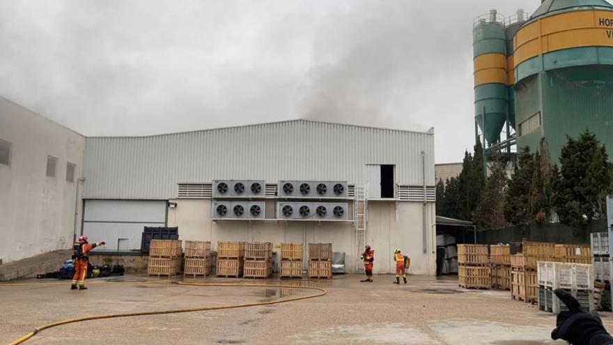 Herido un bombero en un incendio industrial en Massamagrell