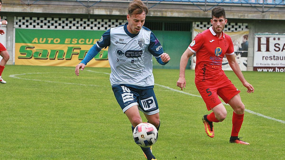 Julio Delgado, que anotó dos de los tres goles, aproximándose al área del Viveiro en O Couto. |  // I. OSORIO