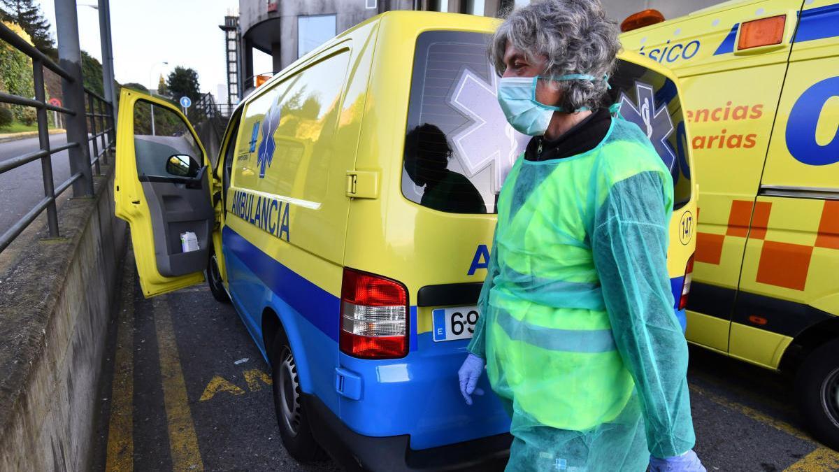 Una sanitaria en la zona de ambulancias del hospital de Montecelo // Gustavo Santos