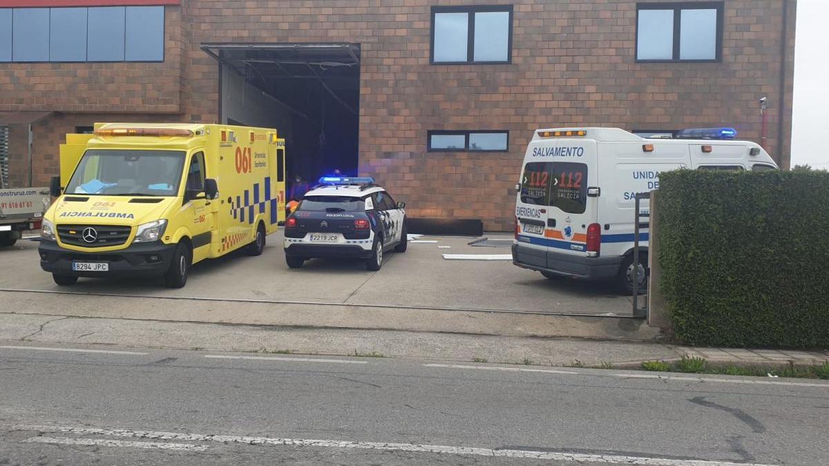 Los servicios de emergencia, en el lugar del accidente. // Protección Civil Cambados