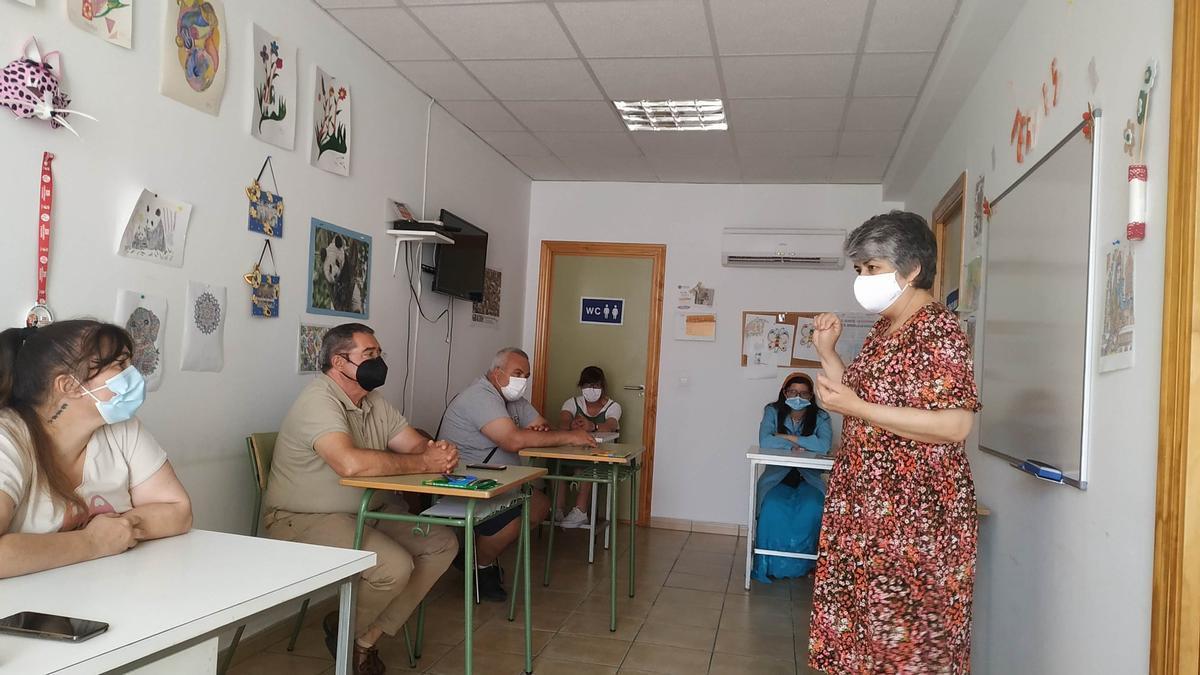 Cecilia Bruno impartió el taller en el que trabajó los sentimientos y emociones con usuarios de Feafes en la sede de Coria.