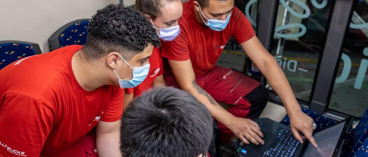 Jóvenes en formación en un taller de Barcelona.