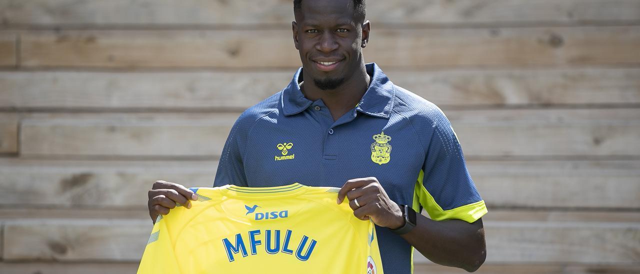 Mfulu posa con la camiseta de la Unión Deportiva Las Palmas en las instalaciones de la Ciudad Deportiva de Barranco Seco