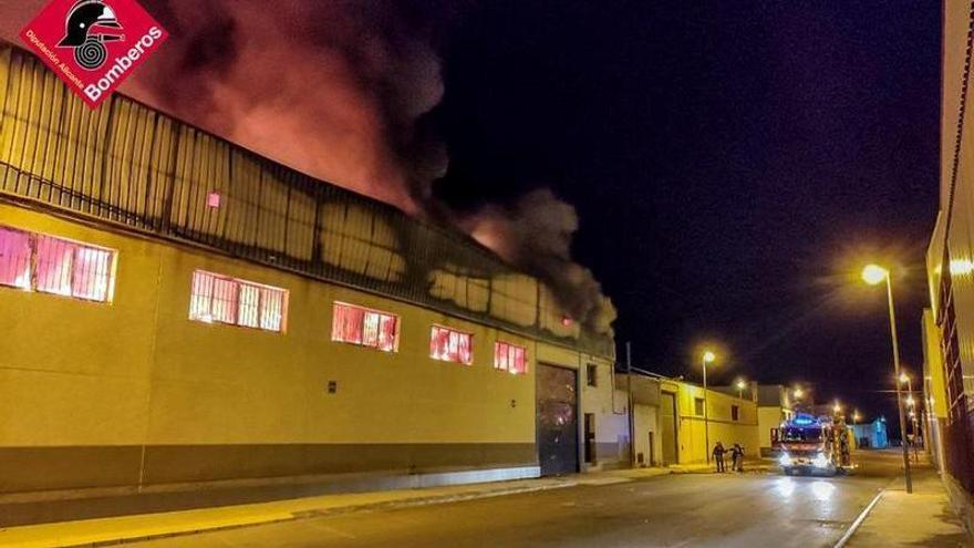 Un incendio destruye un taller de calzado en Catral