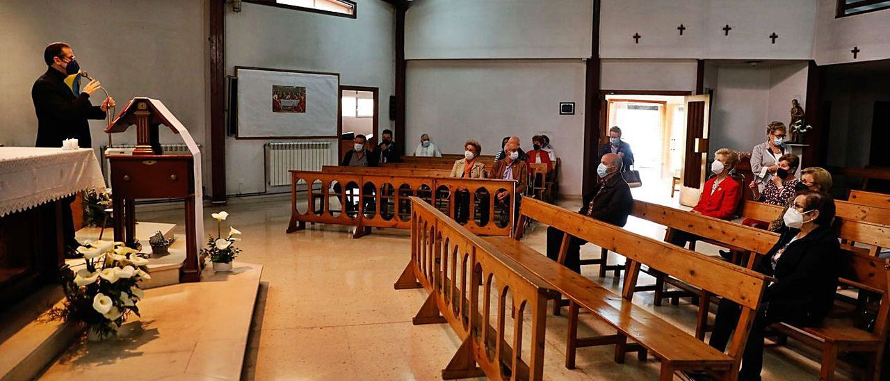 Los feligreses, el sábado por la tarde, en la última misa en la iglesia de San José Obrero de La Maruca.