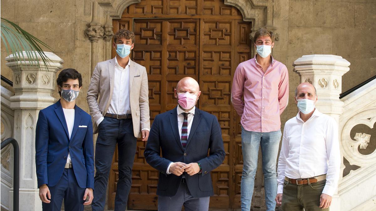Los novilleros valencianos junto a Toni Gaspar