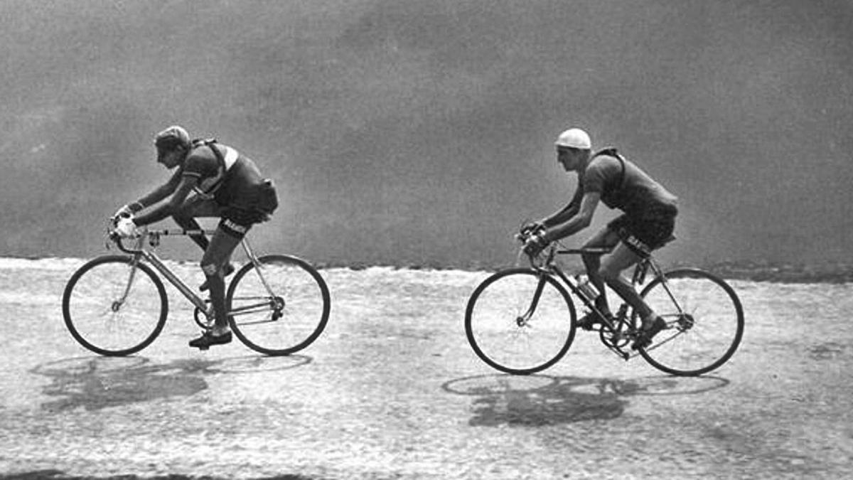Los italianos Coppi y Bartali, solos, en la ascensión al mítico Izoard. | LA OPINIÓN