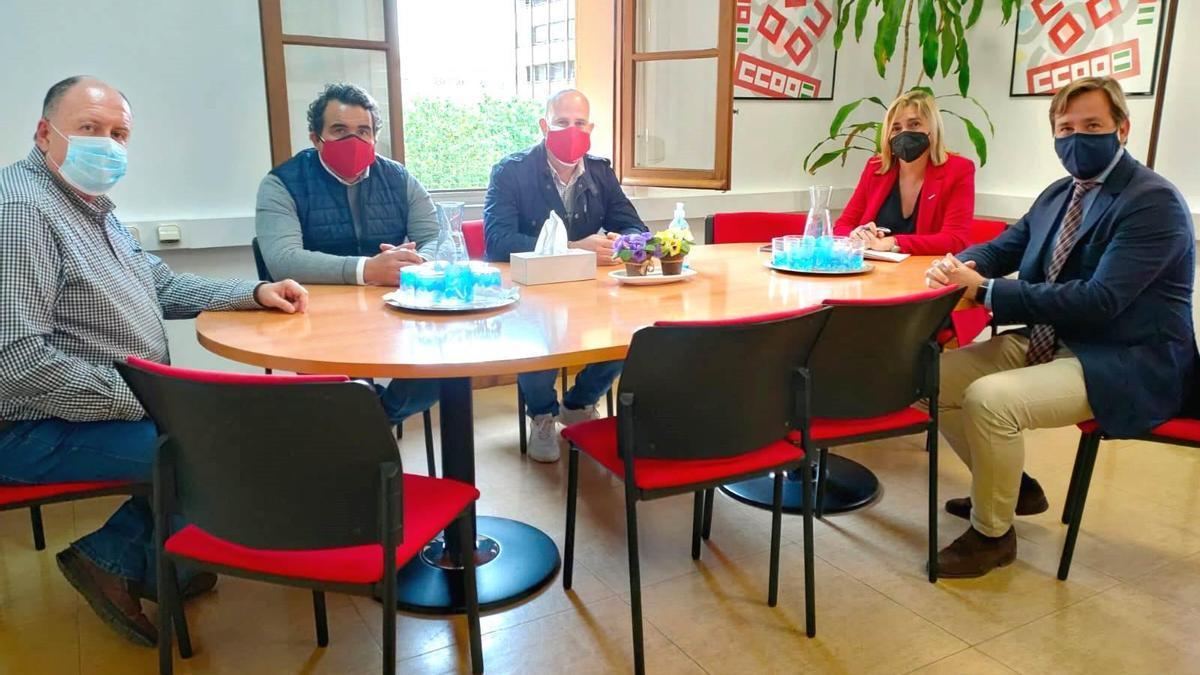 Reunión de los representantes de CCOO con el delegado de la Junta.
