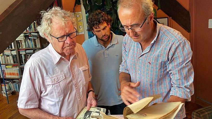 O hispanista Ian Gibson asina no libro de honra de Nigrán