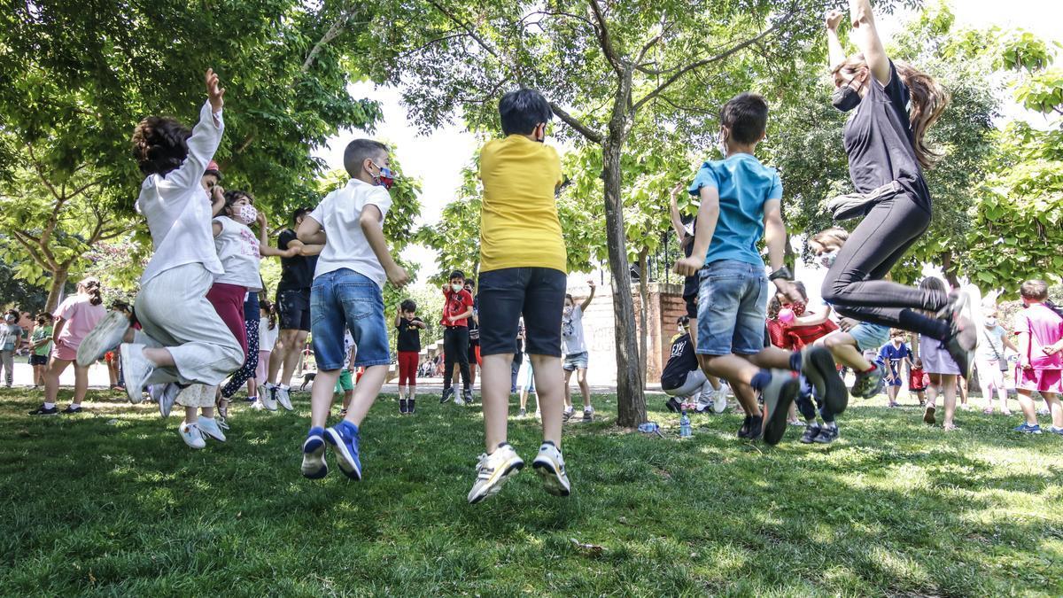 Los niños saltan en una de las actividades de la mañana de juegos en el parque de Mejostilla.