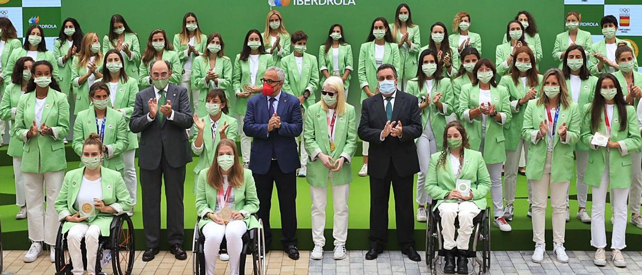 El presidente de Iberdrola, Ignacio Galán, junto con presidente del COE, Alejandro Blanco, y el presidente del Comité Paralímpico, Miguel Carballeda, junto con las deportistas españolas que participaron en los Juegos Olímpicos y Paralímpicos de Tokio 2020.