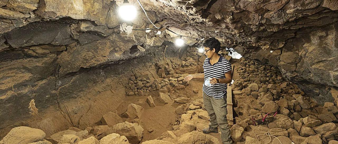 La arqueóloga Rosa López  en el interior de la cueva de Villaverde, ayer.     FUSELLI